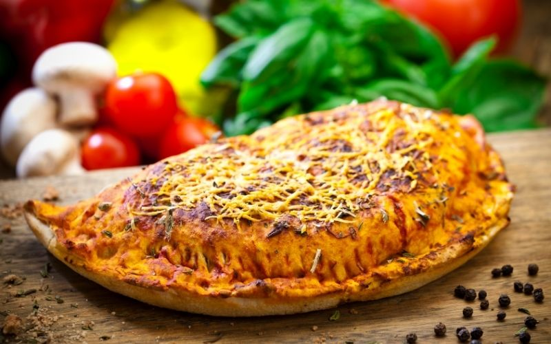 difference between calzone and stromboli